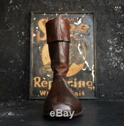Au Début Chaussure Géant Du 20ème Siècle Avec Le Métal À Double Signe Du Commerce De Réparation Face